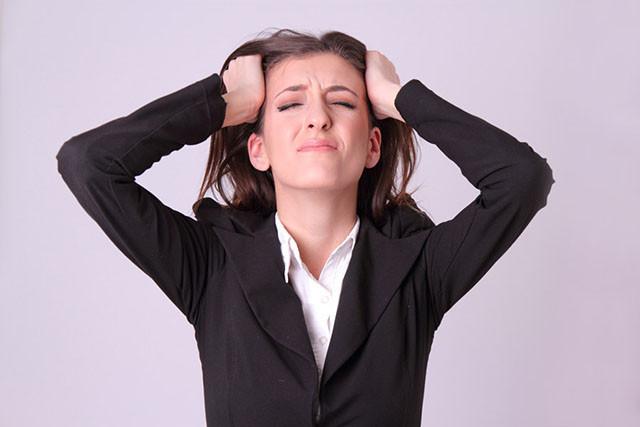 就労支援施設が抱える課題に頭を抱える女性